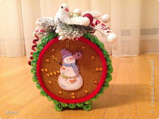 Подарили мне на праздник эти замечательный будильник. До чего ж хорош! снеговик - аппликация, на циферблате цифры  и стрелочки - камушки      фото 1