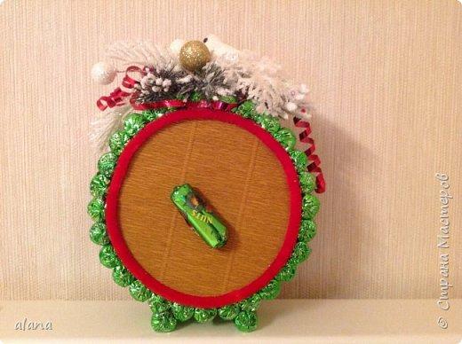 Подарили мне на праздник эти замечательный будильник. До чего ж хорош! снеговик - аппликация, на циферблате цифры  и стрелочки - камушки      фото 2