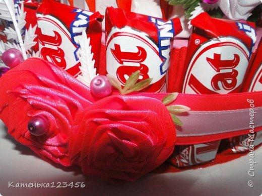 """Тортик девочке. 2 яруса,конфеты """"Кит-Кат"""",""""Киндер"""",на верхнем ярусе-""""Рафаэлло"""". фото 2"""