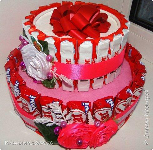 """Тортик девочке. 2 яруса,конфеты """"Кит-Кат"""",""""Киндер"""",на верхнем ярусе-""""Рафаэлло"""". фото 1"""
