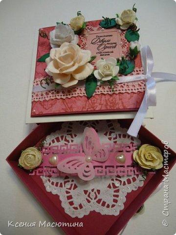 """Коробочка 11х11 см, картон, ватман, дизайнерская бумага, готовые цветы, лента, стразы, подвеска """"Сердечки"""" фото 3"""