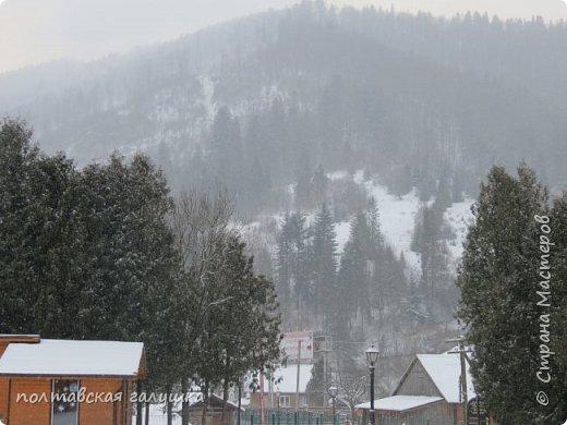 На 50-летний юбилей мужа, я подарила ему путевку на новогодние праздники в Карпаты, естественно на два человека ,т.е на него и себя)).Приехали мы в Прикарпатье 30 декабря утром. Вот такой красотой нас встретили горы. фото 1