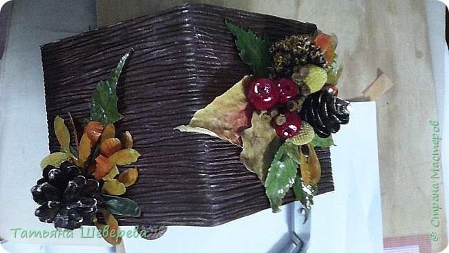 """В 2014 году сын пошел во второй класс и я решила - а что мне стоит самой изобразить букет на 1-е сентября?! :)) Но, честно говоря, мне жаль срезанные цветы и я не слишком люблю букеты в итоге - радости много, конечно, но только на неделю максимум... Посему было решено дарить более долговечную версию букета: орхидею в горшке. Ну а поскольку горшки у магазинных орхидей не блещут красой (корням нужен свет), а мы не ищем легких путей... Я давненько засматривалась на газетные плетенки мастериц из СМ, а тут - и повод и идея! :) Отпуск, опять же, взятый перед началом школьного года...  Итак, была выбрана чудесная большущая орхидея (я их большая поклонница вообще в последнее время, ибо они у меня единственные цветы, которые мало того, что почти все выживают, да при этом еще и цветут!) :)) Я накрутила трубочек, предварительно сверившись с кучей МК, и начала плести кашпо. Потом его покрасила в множество слоев разных красок, добиваясь нужного оттенка (к слову, так и не до конца подошедшего), покрыла лаком на водной основе (какой был на тот момент), сбоку прилепила несколько кусочков веточек, окрашенных в салатовый цвет, и бумажные цветы из гофробумаги (я их только-только научилась делать :)). Украсила стразами-росинками и упаковала в купленный по случаю (за случаем ездили с мужем во флористический магазин на другой конец Москвы, где купила еще мнооого всякого """"абсолютно необходимого в жизни"""" :)))) ) полиэтилен. Банты накрутила как смогла, салатовая и розовая флористическая упаковка осталась от букетов (хомякоз - страшнючая болезнь, а они красииивые быыли :) ) фото 6"""