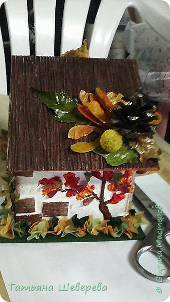 """В 2014 году сын пошел во второй класс и я решила - а что мне стоит самой изобразить букет на 1-е сентября?! :)) Но, честно говоря, мне жаль срезанные цветы и я не слишком люблю букеты в итоге - радости много, конечно, но только на неделю максимум... Посему было решено дарить более долговечную версию букета: орхидею в горшке. Ну а поскольку горшки у магазинных орхидей не блещут красой (корням нужен свет), а мы не ищем легких путей... Я давненько засматривалась на газетные плетенки мастериц из СМ, а тут - и повод и идея! :) Отпуск, опять же, взятый перед началом школьного года...  Итак, была выбрана чудесная большущая орхидея (я их большая поклонница вообще в последнее время, ибо они у меня единственные цветы, которые мало того, что почти все выживают, да при этом еще и цветут!) :)) Я накрутила трубочек, предварительно сверившись с кучей МК, и начала плести кашпо. Потом его покрасила в множество слоев разных красок, добиваясь нужного оттенка (к слову, так и не до конца подошедшего), покрыла лаком на водной основе (какой был на тот момент), сбоку прилепила несколько кусочков веточек, окрашенных в салатовый цвет, и бумажные цветы из гофробумаги (я их только-только научилась делать :)). Украсила стразами-росинками и упаковала в купленный по случаю (за случаем ездили с мужем во флористический магазин на другой конец Москвы, где купила еще мнооого всякого """"абсолютно необходимого в жизни"""" :)))) ) полиэтилен. Банты накрутила как смогла, салатовая и розовая флористическая упаковка осталась от букетов (хомякоз - страшнючая болезнь, а они красииивые быыли :) ) фото 7"""