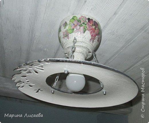 Здравствуйте, мои дорогие жители СМ! На этот раз я сделала себе светильник (вернее два одинаковых светильника) и решила поделиться с вами технологией. А вдруг кому-то пригодится. А решила поделиться потому, что сначала решила купить себе похожие светильники. Но.... нашла только итальянские по цене более 3000рублей за штуку. Ну и...жаба сделала свое дело... А потому как декорировать каждый может по-своему, я расскажу только об основных этапах изготовления самого светильника. Нам понадобятся следующие материалы: - пластмассовая тарелка, - деревянная чашечка - заготовка для декупажа, - электрический патрон, - электрическая лампочка (лучше светодиодная ), -  цепь, - саморезы. Инструменты: - отвертка, - коронка для выпиливания круга, - сверло перьевое, -сверло тонкое.   А так же понадобятся материалы и инструменты для декорирования светильника.