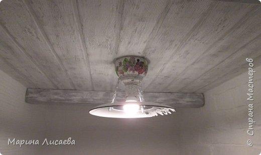 Здравствуйте, мои дорогие жители СМ! На этот раз я сделала себе светильник (вернее два одинаковых светильника) и решила поделиться с вами технологией. А вдруг кому-то пригодится. А решила поделиться потому, что сначала решила купить себе похожие светильники. Но.... нашла только итальянские по цене более 3000рублей за штуку. Ну и...жаба сделала свое дело... А потому как декорировать каждый может по-своему, я расскажу только об основных этапах изготовления самого светильника. Нам понадобятся следующие материалы: - пластмассовая тарелка, - деревянная чашечка - заготовка для декупажа, - электрический патрон, - электрическая лампочка (лучше светодиодная ), -  цепь, - саморезы. Инструменты: - отвертка, - коронка для выпиливания круга, - сверло перьевое, -сверло тонкое.   А так же понадобятся материалы и инструменты для декорирования светильника.   фото 19