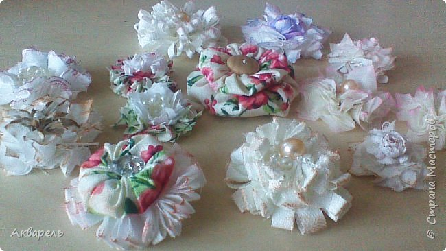 Попыталась сделать цветочки из ткани в стиле шебби. Из белой бязи, из жаккардовых лоскутков, из бязи с рисунком набивным, из лоскутка нажелатининого шелка. фото 3