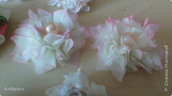 Попыталась сделать цветочки из ткани в стиле шебби. Из белой бязи, из жаккардовых лоскутков, из бязи с рисунком набивным, из лоскутка нажелатининого шелка. фото 4