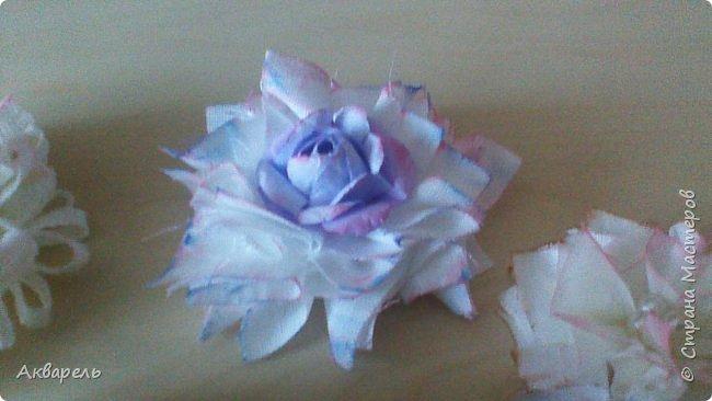 Попыталась сделать цветочки из ткани в стиле шебби. Из белой бязи, из жаккардовых лоскутков, из бязи с рисунком набивным, из лоскутка нажелатининого шелка. фото 5