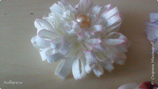 Попыталась сделать цветочки из ткани в стиле шебби. Из белой бязи, из жаккардовых лоскутков, из бязи с рисунком набивным, из лоскутка нажелатининого шелка. фото 6