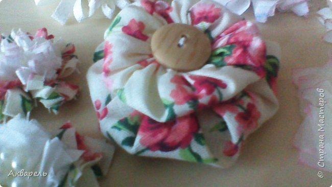 Попыталась сделать цветочки из ткани в стиле шебби. Из белой бязи, из жаккардовых лоскутков, из бязи с рисунком набивным, из лоскутка нажелатининого шелка. фото 7