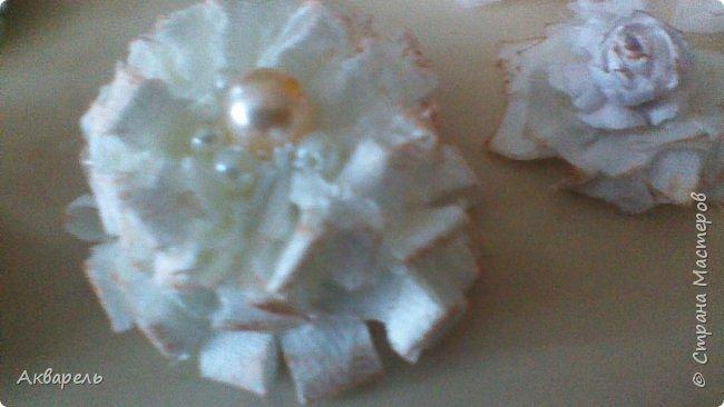 Попыталась сделать цветочки из ткани в стиле шебби. Из белой бязи, из жаккардовых лоскутков, из бязи с рисунком набивным, из лоскутка нажелатининого шелка. фото 8