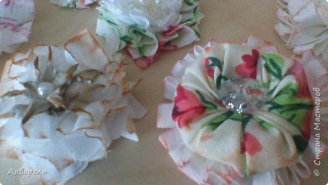 Попыталась сделать цветочки из ткани в стиле шебби. Из белой бязи, из жаккардовых лоскутков, из бязи с рисунком набивным, из лоскутка нажелатининого шелка. фото 9