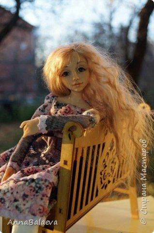 Вот такая получилась у меня куколка. У нее вращается голова и ручки, ножки - болтушки))) Она мне так нравится, что хочется для нее еще сделать разные диванчики, подушечки))) фото 2