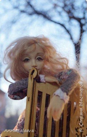 Вот такая получилась у меня куколка. У нее вращается голова и ручки, ножки - болтушки))) Она мне так нравится, что хочется для нее еще сделать разные диванчики, подушечки))) фото 4