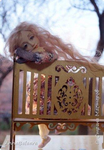 Вот такая получилась у меня куколка. У нее вращается голова и ручки, ножки - болтушки))) Она мне так нравится, что хочется для нее еще сделать разные диванчики, подушечки))) фото 1