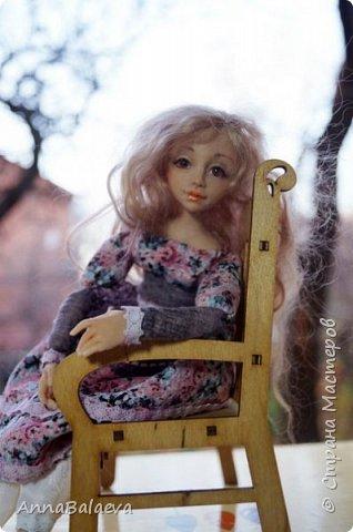 Вот такая получилась у меня куколка. У нее вращается голова и ручки, ножки - болтушки))) Она мне так нравится, что хочется для нее еще сделать разные диванчики, подушечки))) фото 3