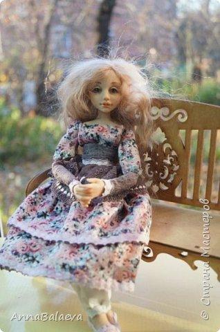 Вот такая получилась у меня куколка. У нее вращается голова и ручки, ножки - болтушки))) Она мне так нравится, что хочется для нее еще сделать разные диванчики, подушечки))) фото 7