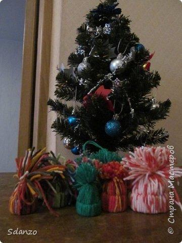 Вот и последние мои Новогодние поделки на этот год. Всё никак не могла скинуть фотографии. Это были сделаны маленькие елочки, днище из пробки, сама елочка из оберточной бумаги для цветов, нанизанная на булавочку. Идею увидела в контакте и воспроизвела. Каждый член моего семейства получил по елочке, снеговичку и шапочке!))) фото 3