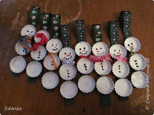 Вот и последние мои Новогодние поделки на этот год. Всё никак не могла скинуть фотографии. Это были сделаны маленькие елочки, днище из пробки, сама елочка из оберточной бумаги для цветов, нанизанная на булавочку. Идею увидела в контакте и воспроизвела. Каждый член моего семейства получил по елочке, снеговичку и шапочке!))) фото 4