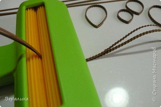 Хочу рассказать вам как сделать вот такое основание для клумбочки с цветами. Нам понадобится: -полушар из пенопласта; -сизаль зеленого цвета  2-х тонов; -инструмент для гофрирования полосок; -плотная бумага 130 или 180 гр/м (  вы можете сразу взять гофрополоски коричневого цвета, но вам придется его резать на полосы шириной в 2,5 или 3мм); -упаковочный картон; -клеевой пистолет; -клей ПВА; -линейка,пинцет, ножницы. фото 12
