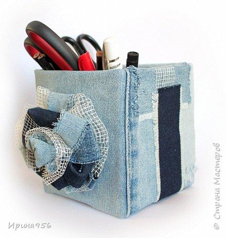 Картонная коробка обклеена лоскутами от старых джинсов: фото 9
