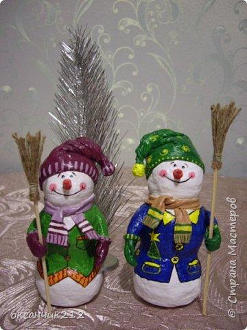Здравствуйте жители Страны Мастеров! Хотя Новый год уже прошел, но я хочу показать вам своих снеговичков, которых я делала в праздничные дни( времени не хватает, да и увидела я их в предверии Нового года). Огромное СПАСИБО Татьяне Белозеровой за МК по ватному папье- маше.   https://stranamasterov.ru/user/106445 Хотя МК снеговика она давала на другом сайте, я покажу, как делала я своих снеговичков. фото 3
