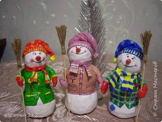 Здравствуйте жители Страны Мастеров! Хотя Новый год уже прошел, но я хочу показать вам своих снеговичков, которых я делала в праздничные дни( времени не хватает, да и увидела я их в предверии Нового года). Огромное СПАСИБО Татьяне Белозеровой за МК по ватному папье- маше.   https://stranamasterov.ru/user/106445 Хотя МК снеговика она давала на другом сайте, я покажу, как делала я своих снеговичков. фото 1