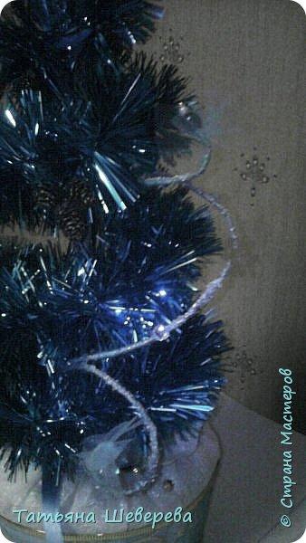 Это - наша с сыном поделка на Новый год в школу :) Ну как - наша... он на тот момент умудрился подцепить ветрянку и валялся как раз пару дней с температурой, ну а мне оставалось только быстренько все придумать и сделать. :) НО! Бусы на елку он все таки собирал сам! :)) Когда боль-мень оклемался))) С фото у меня как всегда беда, в жизни она лучше была :) А была - потому что с выставки она как то так и не вернулась)))) Часть фотографий - с мобильного, часть - потом подгрузила с фотоаппарата (те, что поярче и получше :) ), но фотограф из меня - тот еще, увы...))) фото 8