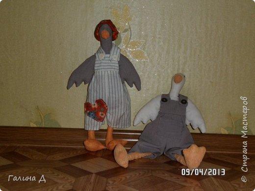 Здравствуйте все! В своё время меня посетила тильдомания. Спасибо Тони Финангер- автору этих кукол. У неё есть книги тильда-ангелы, птицы, животные. В продаже видела 5-6 книг этого автора. К сожалению, некоторые российские авторы копируют тильду и выпускают, как свою авторскую куклу. У меня и такие в библиотеке есть. Точная копия Финангер. Всегда возмущаюсь таким фактам. Хотя бы ссылки делали на авторство. Вот такие тильды получились у меня.  Недостатки в куклах  сама вижу, поэтому обойдусь без критики. Просто делюсь поделками. фото 8
