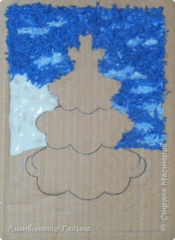 На Новогодних каникулах, когда времени мно-о-ого, мы с ребенком решили сделать из тех материалов, что были практически под рукой что-нибудь зимне-новогоднее. Выбор пал на картину из нарезанных ниток. Остатки ниток у нас были (синего цвета ушло примерно  2 метра, остальных 3-4 метра). Основа - картон от упаковочной коробки. Несколько часов пролетели незаметно и вот результат.   фото 10