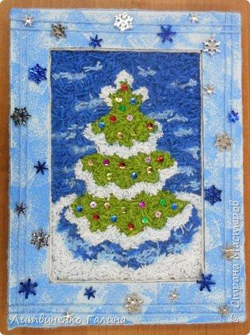 На Новогодних каникулах, когда времени мно-о-ого, мы с ребенком решили сделать из тех материалов, что были практически под рукой что-нибудь зимне-новогоднее. Выбор пал на картину из нарезанных ниток. Остатки ниток у нас были (синего цвета ушло примерно  2 метра, остальных 3-4 метра). Основа - картон от упаковочной коробки. Несколько часов пролетели незаметно и вот результат.   фото 16