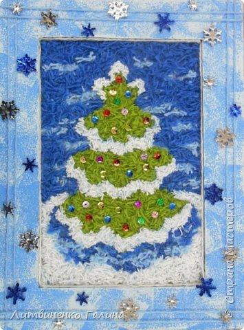 На Новогодних каникулах, когда времени мно-о-ого, мы с ребенком решили сделать из тех материалов, что были практически под рукой что-нибудь зимне-новогоднее. Выбор пал на картину из нарезанных ниток. Остатки ниток у нас были (синего цвета ушло примерно  2 метра, остальных 3-4 метра). Основа - картон от упаковочной коробки. Несколько часов пролетели незаметно и вот результат.   фото 1