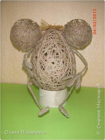 Чтобы сделать такую мышь, вам понадобятся: 1 Два воздушных шарика (большой и маленький) 2 Клей ПВА 3 Клей «Момент» 4 Проволока 5 Шпагат  фото 6