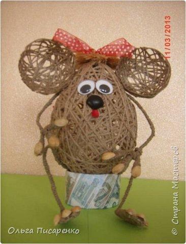 Чтобы сделать такую мышь, вам понадобятся: 1 Два воздушных шарика (большой и маленький) 2 Клей ПВА 3 Клей «Момент» 4 Проволока 5 Шпагат  фото 7