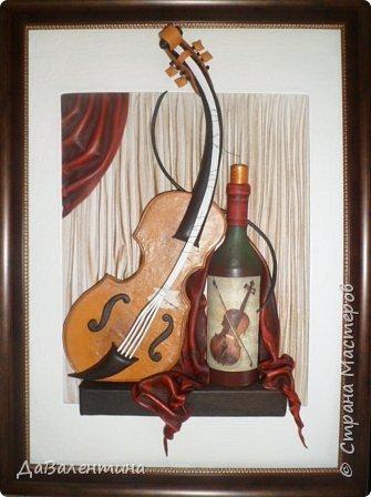 """Приветствую всех Мастеров и Мастериц, увлеченных творчеством. Сегодня, я представляю Вам один МК сразу по двум картинам. Первая называется """"Вечная любовь"""", вторую я назвала """"Веселая"""" скрипка"""". Вдохновением  для создания обеих картин послужили скульптуры великолепного художника Fhilippe Guillerm. Деревянные скульптуры мастера причудливы и необычны. Музыкальные инструменты в точности повторяют человеческие действия и воспроизводят сцены из повседневной жизни людей: держатся за руки, танцуют, обнимаются, карабкаются на гору, читают книги... Я думаю, что многие из Вас видели его работы в интернете. И я не осталась равнодушна, так захотелось воплотить его идеи в коже.  Вот,что у меня получилось. фото 56"""