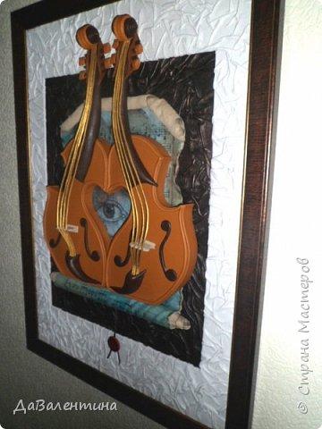 """Приветствую всех Мастеров и Мастериц, увлеченных творчеством. Сегодня, я представляю Вам один МК сразу по двум картинам. Первая называется """"Вечная любовь"""", вторую я назвала """"Веселая"""" скрипка"""". Вдохновением  для создания обеих картин послужили скульптуры великолепного художника Fhilippe Guillerm. Деревянные скульптуры мастера причудливы и необычны. Музыкальные инструменты в точности повторяют человеческие действия и воспроизводят сцены из повседневной жизни людей: держатся за руки, танцуют, обнимаются, карабкаются на гору, читают книги... Я думаю, что многие из Вас видели его работы в интернете. И я не осталась равнодушна, так захотелось воплотить его идеи в коже.  Вот,что у меня получилось. фото 4"""