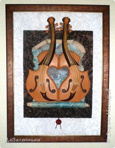 """Приветствую всех Мастеров и Мастериц, увлеченных творчеством. Сегодня, я представляю Вам один МК сразу по двум картинам. Первая называется """"Вечная любовь"""", вторую я назвала """"Веселая"""" скрипка"""". Вдохновением  для создания обеих картин послужили скульптуры великолепного художника Fhilippe Guillerm. Деревянные скульптуры мастера причудливы и необычны. Музыкальные инструменты в точности повторяют человеческие действия и воспроизводят сцены из повседневной жизни людей: держатся за руки, танцуют, обнимаются, карабкаются на гору, читают книги... Я думаю, что многие из Вас видели его работы в интернете. И я не осталась равнодушна, так захотелось воплотить его идеи в коже.  Вот,что у меня получилось. фото 2"""