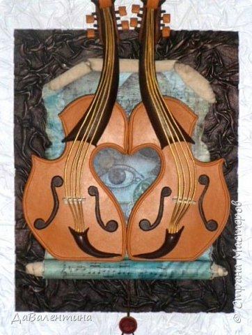 """Приветствую всех Мастеров и Мастериц, увлеченных творчеством. Сегодня, я представляю Вам один МК сразу по двум картинам. Первая называется """"Вечная любовь"""", вторую я назвала """"Веселая"""" скрипка"""". Вдохновением  для создания обеих картин послужили скульптуры великолепного художника Fhilippe Guillerm. Деревянные скульптуры мастера причудливы и необычны. Музыкальные инструменты в точности повторяют человеческие действия и воспроизводят сцены из повседневной жизни людей: держатся за руки, танцуют, обнимаются, карабкаются на гору, читают книги... Я думаю, что многие из Вас видели его работы в интернете. И я не осталась равнодушна, так захотелось воплотить его идеи в коже.  Вот,что у меня получилось. фото 1"""