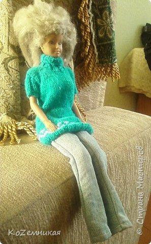 Несколько лет назад шила и вязала барбейкам одежки. Это были мои первые кукольные работы для дочкиных кукол. К сожалению, они не сохранились. И куклешек многих уже нет. Только фотки остались фото 2