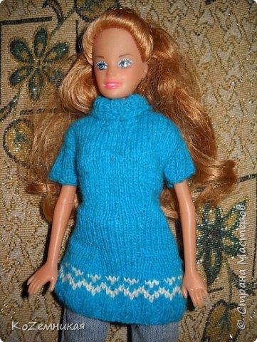 Несколько лет назад шила и вязала барбейкам одежки. Это были мои первые кукольные работы для дочкиных кукол. К сожалению, они не сохранились. И куклешек многих уже нет. Только фотки остались фото 1