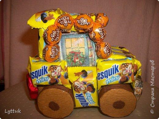 """Моя первая машинка. Очень хотелось сделать ретро машину, но так и не смогла найти шоколадки """"Рошен"""". Пришлось делать из того, что есть в магазине. Очень хотелось порадовать малыша. Фары сделаны из итальянского шоколада. фото 2"""