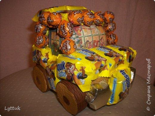 """Моя первая машинка. Очень хотелось сделать ретро машину, но так и не смогла найти шоколадки """"Рошен"""". Пришлось делать из того, что есть в магазине. Очень хотелось порадовать малыша. Фары сделаны из итальянского шоколада. фото 1"""