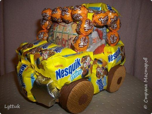"""Моя первая машинка. Очень хотелось сделать ретро машину, но так и не смогла найти шоколадки """"Рошен"""". Пришлось делать из того, что есть в магазине. Очень хотелось порадовать малыша. Фары сделаны из итальянского шоколада. фото 3"""