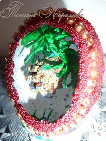 Декор яиц с квиллинговой веточкой и натуральной шишечкой.Скорлупки оформлены бисером и микробисером, фото 1