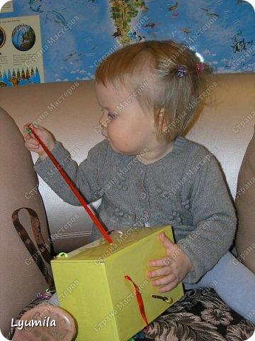 """Добрый вечер, друзья! Сегодня начинаю запись, в которой буду собирать игры в духе Марии Монтессори, в которые мы играем с моей дочерью Ярославой с 10 мес. Много идей почерпнуто из интернета, что-то из памяти (после прочтения книг М. Монтессори), что-то придумалось по ходу игр, что-то трансформировалось с учетом возможностей ребёнка, короче уже ЕСТЬ чем делиться с другими, поэтому делюсь! Не ожидайте, что ребёнок будет играть в них постоянно! Начинайте с малого: если он поиграет в одну игру 2-3 минуты - это замечательно! Ведь игр можно придумать очень много! ИГРА 1 ТУБА С ПОМПОНАМИ.  В эту игру мы с Ярославой играем с 10 мес., это наша первая игра Монтессори. Ребёнок проталкивает помпоны в тубу с одного конца и смотрит как они выпадают из другого.  <a href=""""https://stranamasterov.ru/node/499414?c=popular_inf_903%2C451""""> Если ваш ребёнок старше 2 лет, то вам СЮДА</a> фото 13"""