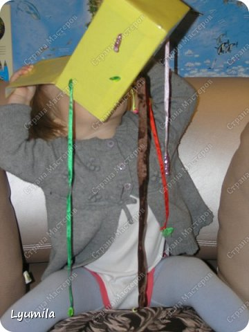 """Добрый вечер, друзья! Сегодня начинаю запись, в которой буду собирать игры в духе Марии Монтессори, в которые мы играем с моей дочерью Ярославой с 10 мес. Много идей почерпнуто из интернета, что-то из памяти (после прочтения книг М. Монтессори), что-то придумалось по ходу игр, что-то трансформировалось с учетом возможностей ребёнка, короче уже ЕСТЬ чем делиться с другими, поэтому делюсь! Не ожидайте, что ребёнок будет играть в них постоянно! Начинайте с малого: если он поиграет в одну игру 2-3 минуты - это замечательно! Ведь игр можно придумать очень много! ИГРА 1 ТУБА С ПОМПОНАМИ.  В эту игру мы с Ярославой играем с 10 мес., это наша первая игра Монтессори. Ребёнок проталкивает помпоны в тубу с одного конца и смотрит как они выпадают из другого.  <a href=""""https://stranamasterov.ru/node/499414?c=popular_inf_903%2C451""""> Если ваш ребёнок старше 2 лет, то вам СЮДА</a> фото 15"""