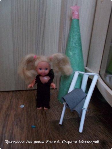 Вот и вторая часть! Первая утром проснулась Полинка и побежала к ёлочке. Она обнаружила там мольберт и серый сарафанчик. фото 1