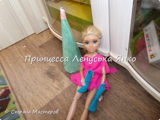 Вот и вторая часть! Первая утром проснулась Полинка и побежала к ёлочке. Она обнаружила там мольберт и серый сарафанчик. фото 4