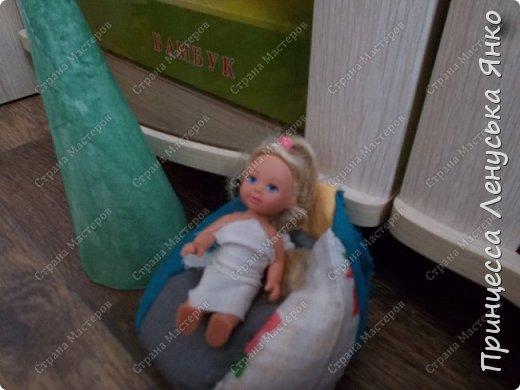 Вот и вторая часть! Первая утром проснулась Полинка и побежала к ёлочке. Она обнаружила там мольберт и серый сарафанчик. фото 6
